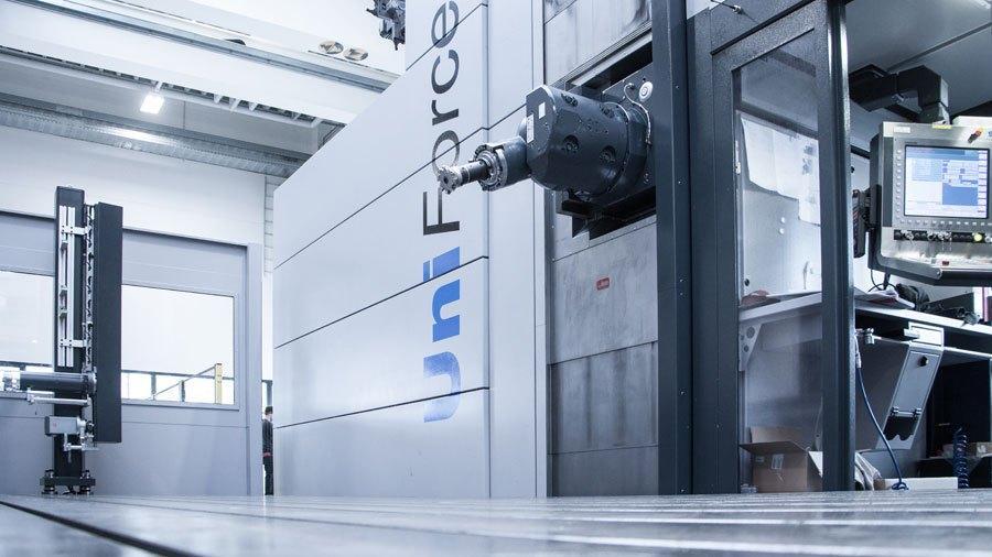 Uniforce 4000 travelling column machine